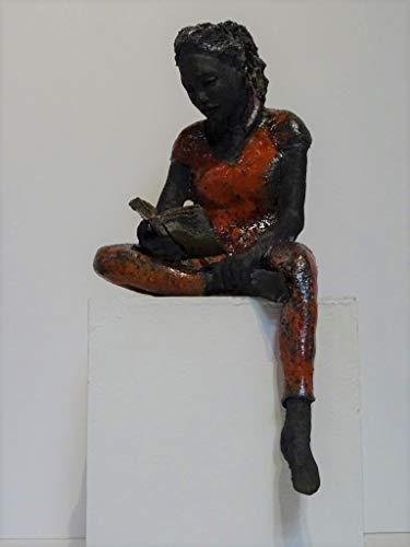 Scultura statuetta ragazza lettrice seduta terracotta smaltata raku rosso e rame Aurora opera d'arte Michele Rigon Vicenza