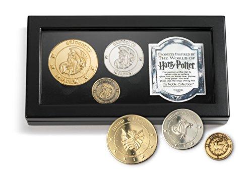The Noble Collection La Collezione di Monete Gringott Prodotta Set Collezionabile di Monete - Include Tutte Le 3 Monete della Banca Gringot - Galeone, Falce, Zellino in Una Scatola per Monete